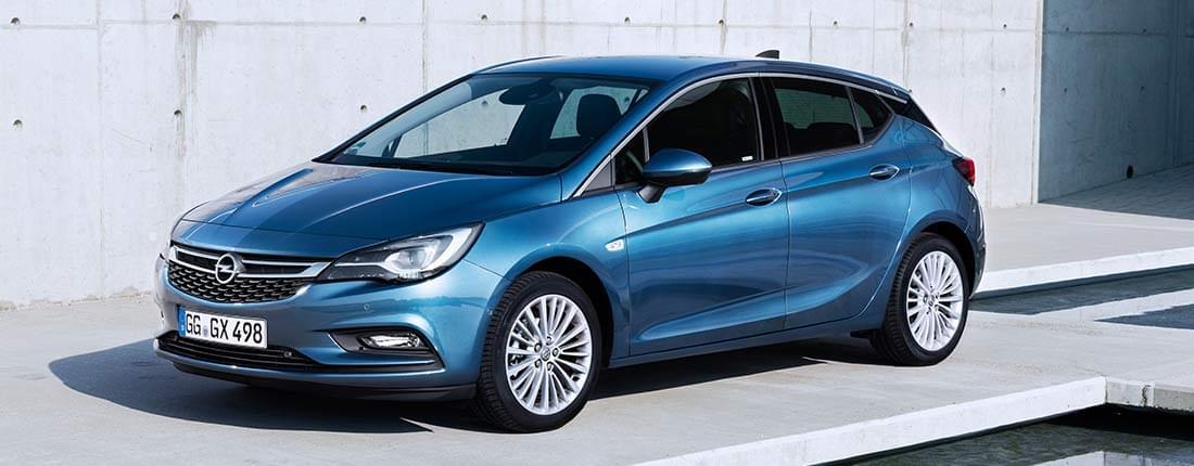 Opel Astra negro
